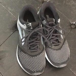 Brooks revel sz 8 black and gray sneakers
